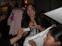 charice-5-09-09-signing-autographs