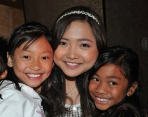 charice-5-09-09-with-two-little-girls