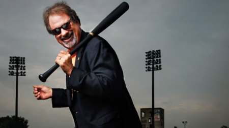 mike-veeck.bat-on-shoulder