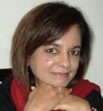 anita-moorjani-hands-under-chin
